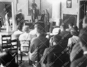 Kokous Puolalankadun ylioppilaskuntahuoneistossa 1930-luvun  jälkimmäisellä puoliskolla. (Taustal