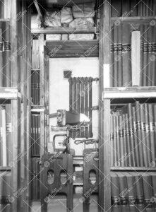 Sanomalehtivarastoa yliopiston kirjastossa Phoenixissa keväällä  1938. Taustalla fotostaattikone