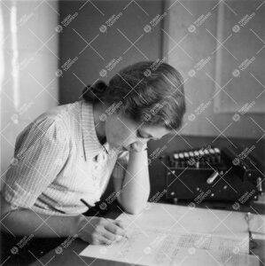 Taulukointia fysiikan laitoksella 1940-luvun jälkipuolella.
