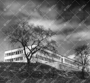 Syksyllä 1954 valmistunut fysiikan ja kemian laitosrakennus  rinteestä idän suunnalta keväällä