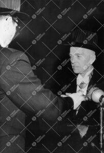 Promootio 1960. Akti. Professori Aarne Laitakari vihitään  kunniatohtoriksi.