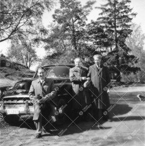 Yrjö (oikealla) ja Vilho Väisälä sekä anon. toukokuun lopulla  1952. Auto on Vilho Väisälän