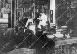 Kemian laboratorion käsikirjasto vuonna 1926.