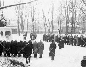 Ylioppilaskunta Porthanin patsaalla yliopiston vuosijuhlapäivänä  28. helmikuuta 1934.