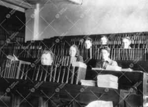 Kirjoja ja opiskelijoita kemian laboratoriorakennuksen  luentosalissa Iso-Heikkilässä 1930-luvun a