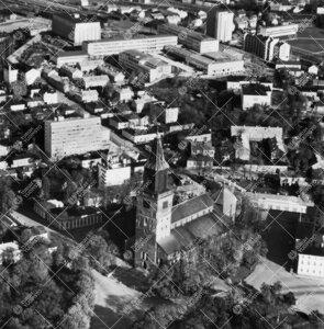 Ilmakuva kesältä 1958. Etualalla tuomiokirkko, taustalla  yliopistonmäki.