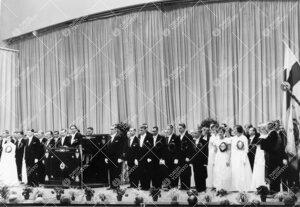 Promootio 1960. Aktinäyttämö: vihittävät maisterit ja tohtorit  konserttisalin lavalla.