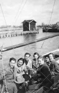 Opiskelijoita purjeveneessä Ruissalon rannassa vuonna 1938.