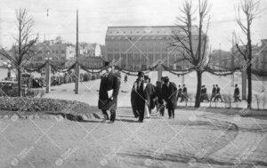 Juhlakulkueen paluu yliopistolle 12. toukokuuta 1927. Kanslerin  ja rehtorin jäljessä yliopiston o