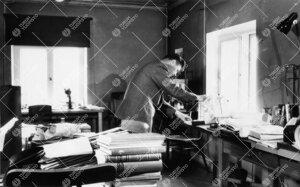 Kasvitieteen assistentti Paavo Kallio (kasvit. prof. 1963-1977)  työhuoneessa Phoenixissa n.v. 1950