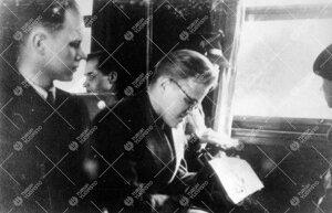 Ekskursio Helsinkiin talvella 1948. Heikki Viitanen ja Ilkka  Kukkonen junassa.