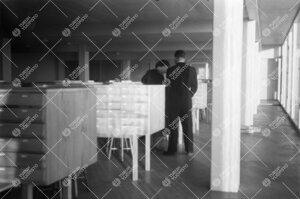 Pääkirjaston lainausosaston kortistolaatikostoa 1950-luvun  puolivälissä.