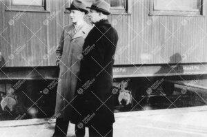 Ekskursio Helsinkiin talvella 1948. Olli Innamaa ja Tauno Kaski  Turun rautatieasemalla.