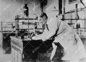Reino Leimu (prof. 1947-1970) opiskelijana kemian erikoistöiden  parissa vuonna 1925.