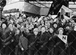 Penkinpainajaispäivä 1966. Turun normaalilyseon oppilaita abeja  kannustamassa KOP:n kolmion kulma
