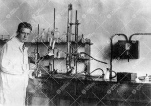 Elias Hollo Iso-Heikkilän kemian laboratoriossa vuonna 1926.  Hollo oli Turun Yliopistossa ensimmä