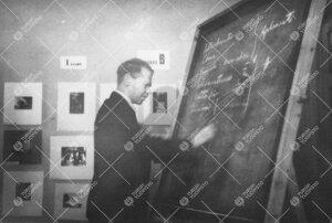 Yrjö Väisälä esitelmöimässä Turun Kameroiden näyttelyssä (?)  vuonna 1945.