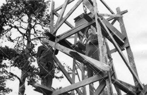 Akateemikko Yrjö Väisälä esittelee ison zeniittiputken  tukirakennelmaa Utrechtin observatorion