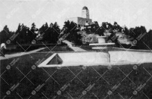 Kultarannan puutarhaa 1920-luvun alussa. Taustalla päärakennus.  (Kirjaston väen huviretkeltä.)
