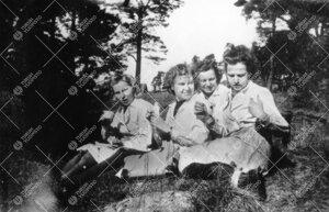 Kahvitaukoa viettämässä Iso-Heikkilässä kemian laboratorion  lähimaastossa kesällä 1943.