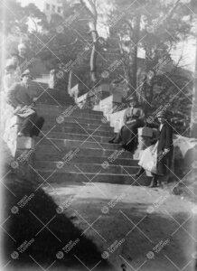 Kirjaston henkilökunnan huviretki Kultarantaan 1920-luvun alussa.  Retkeläiset Kultarannan päära