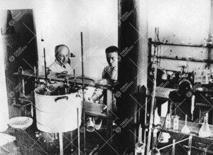 Lehtorit Yrjö Iisalo ja Elias Hollo Iso-Heikkilän kemian  laboratoriossa vuonna 1923.