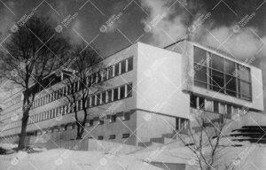 Yliopiston pääkirjasto alarinteestä lounaan suunnalta talvella  1950-luvun puolivälissä.