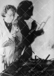 FM Eevi Laaksonen (kemian assistentti sl.1947 - kl.1948), lasia  puhaltamassa vuonna 1945.
