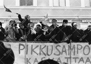 Penkinpainajaispäivä 1966. Turun normaalilyseon abeja  penkkariajelulla Aurakadulla.
