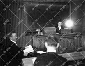 """Väitöstilaisuus Phoenixissa syyslukukaudella 1934. Väitöskirjan  aihe: """"On the Absorption of Ele"""