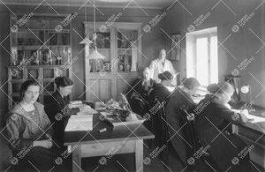 Harjoitustyöt käynnissä eläintieteen laitoksella 1920-luvulla.