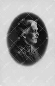 Ida Josefina Nordström s. Reinvall. Kauppaneuvos J(ohan) G(ustaf)  Nordströmin puoliso, oli mm. va