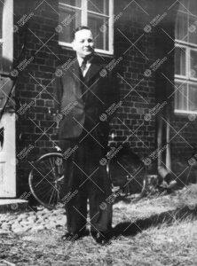 Prof. Einar J. Salmi Iso-Heikkilän kemian laboratoriorakennuksen  edustalla kesällä 1943.