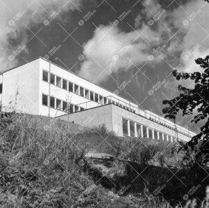 Fysiikan ja kemian laitosrakennus kuvattuna alarinteestä  itä-kaakon suunnalta ilmeisesti valmistu