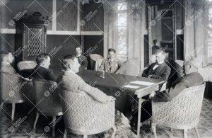 Yliopiston professoreja kokoontuneena Phoenixin  opettajainhuoneeseen keväällä 1923.