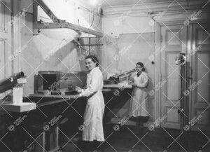 Mittaus käynnissä Yrjö Väisälän  interferenssikomparaattorilla fysiikan laitoksella Phoenixiss