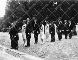 Åbo Akademin promootio 24. syyskuuta 1927. Vihittävät maisterit  entisen Akatemiatalon edustalla.