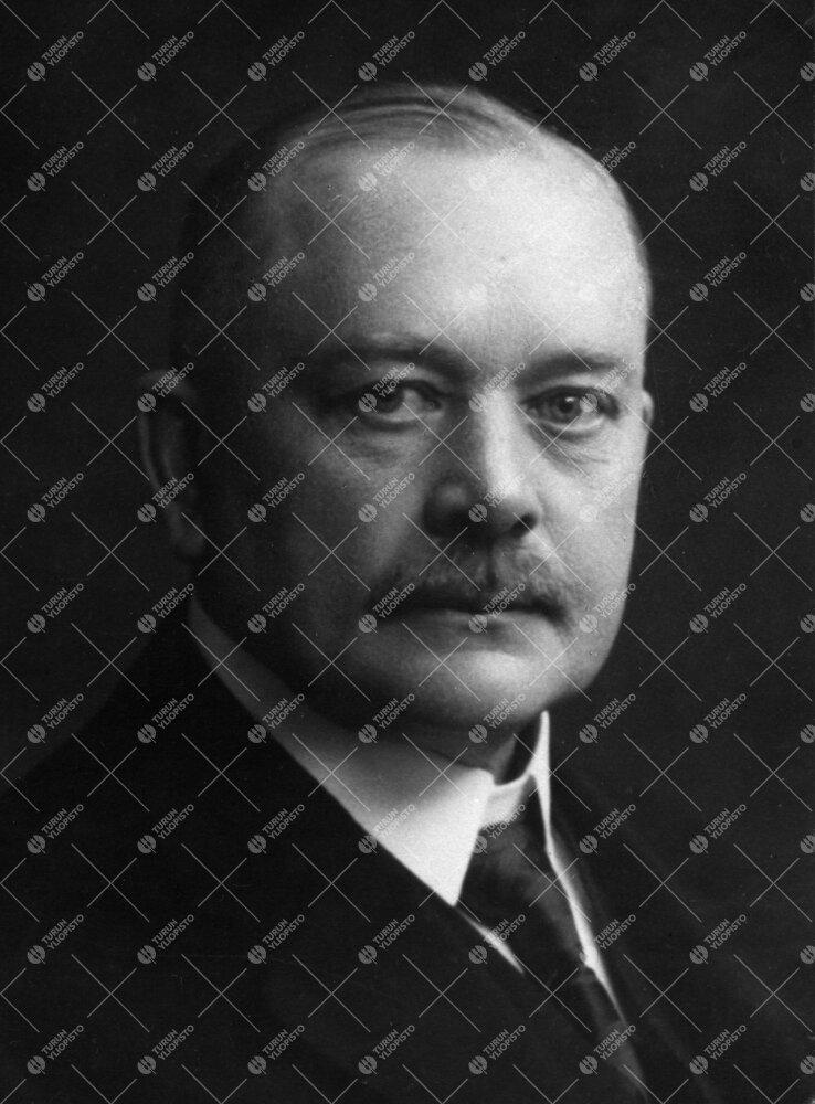 Onni Alcides Tarjanne (v:een 1906 Törnqvist). Arkkitehti,  rakennusopin professori, Turun Suomalais