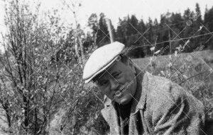 Professori Kaarlo Jäntere perunannostotalkoissa Tuorlassa vuonna  1946.