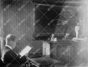 """Väitöstilaisuus Phoenixissa syyslukukaudella 1933. Väitöskirjan  aihe: """"Untersuchungen über die"""