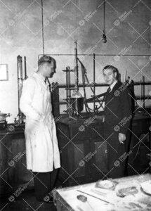 Professorit Reino Leimu ja Atte Meretoja Iso-Heikkilän kemian  laboratoriossa vuonna 1948.