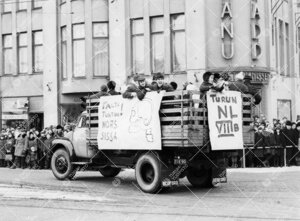 Penkinpainajaispäivä 1965. Turun normaalilyseon abeja  penkkariajelulla.