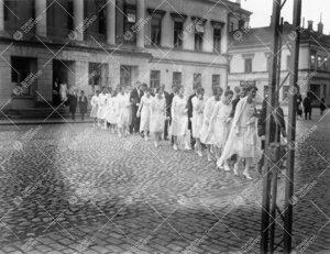 Åbo Akademin promootio 24. syyskuuta 1927. Maisterit ja  seppeleensitojattaret/sitojat lähdössä