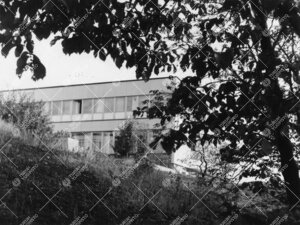 """Päärakennuksen eteläosa kuvattuna alarinteestä lännen suunnalta  nykyisen Koskenniemenkadun """"ta"""