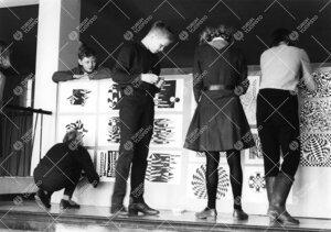 Turun normaalilyseo. Vuonna 1966 optinen taide oli pop.  Oppilastöiden kiinnitystä näyttelytauluu