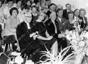 Turun normaalilyseon lipun vihkimistilaisuus 31. toukokuuta 1963.  Etualalla arkkipiispa Ilmari Salo