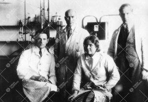 Airola, Tukkimäki, Inkeri Honkanen ja Runar Jansson Iso-Heikkilän  kemian laboratoriossa vuonna 19