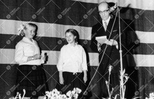 Turun normaalilyseo. Oppilaat luovuttavat rehtori Sampo  Haahtelalle perinteisen joululahjan alaluok