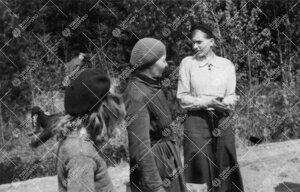 Perunannostotalkoot Tuorlassa vuonna 1946. Levähdystauko.