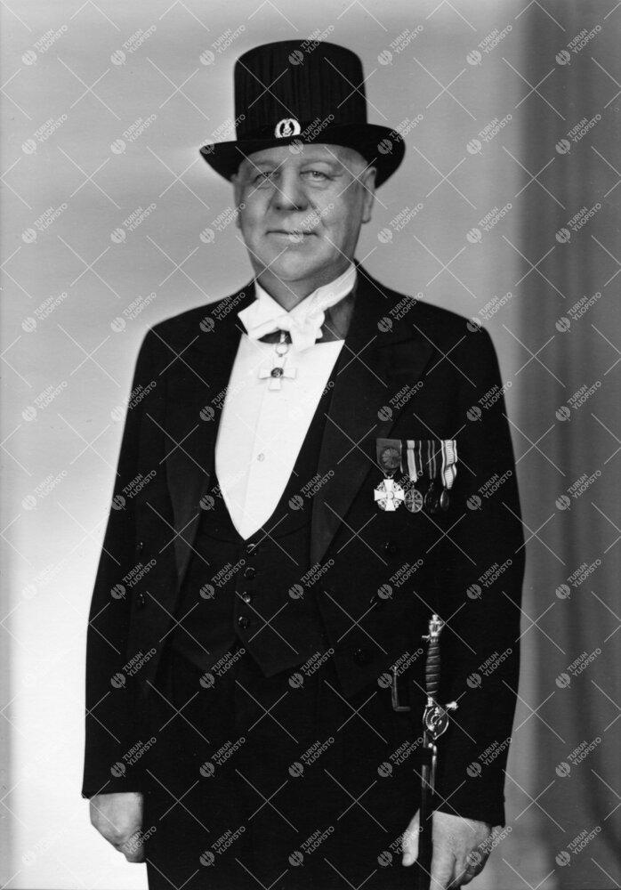 Aleksis Bernhard Emil Tähkä (v:een 1935 Tefke). Lääkintöneuvos,  yliopiston keräysvaliokunnan